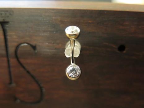 Navelsmycke 2.0mm 2 små runda stenar.